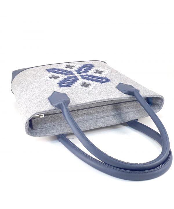 Велика фетрова сумка з ручною вишивкою синього кольору