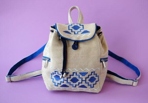 Білий маленький брезентовий рюкзак з синьою вишивкою
