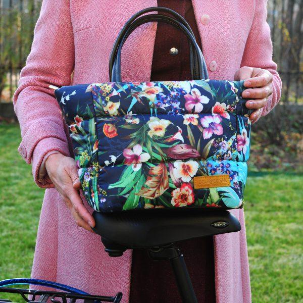 Середня стьобана сумка квіти на синьому
