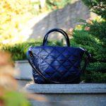Середня стьобана сумка синя