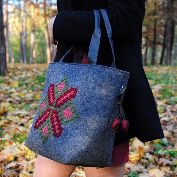 Середня сумка з повсті (вишивка квітка)