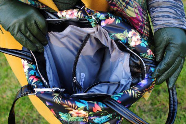 Середня стьобана сумка квіти на чорному