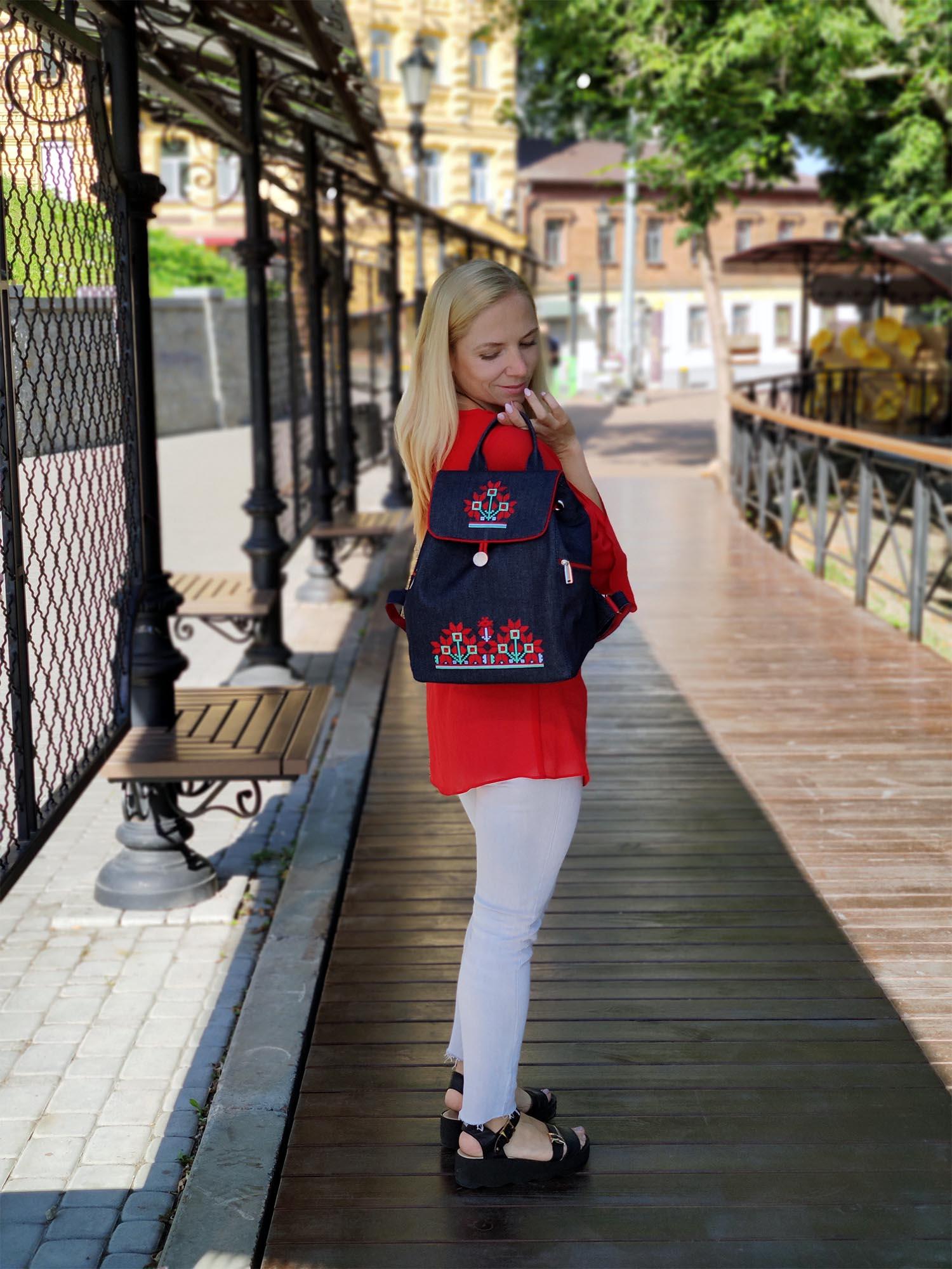 Джинсовий рюкзак з вишивкою Червоні квіти (18009)