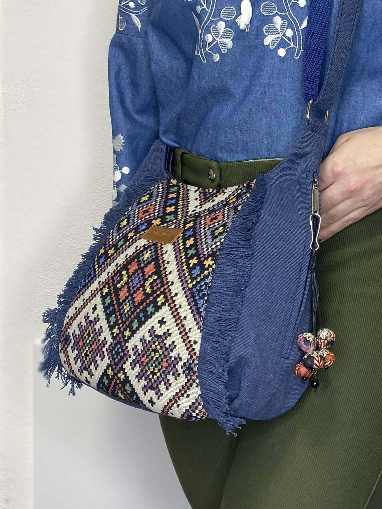 Маленька синя сумка з орнаментом та бахромою (19023)