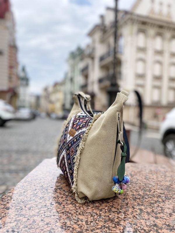 Маленька сумка колір пісок з орнаментом та бахромою (19050)
