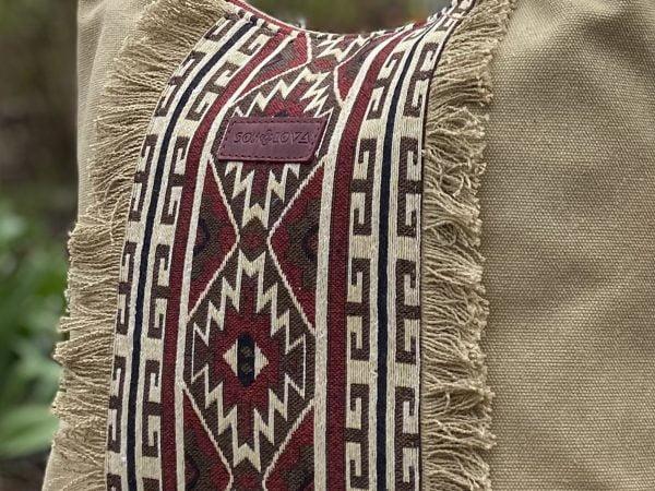 Сумка кольору пісок з бордовим орнаментом та бахромою (19033)